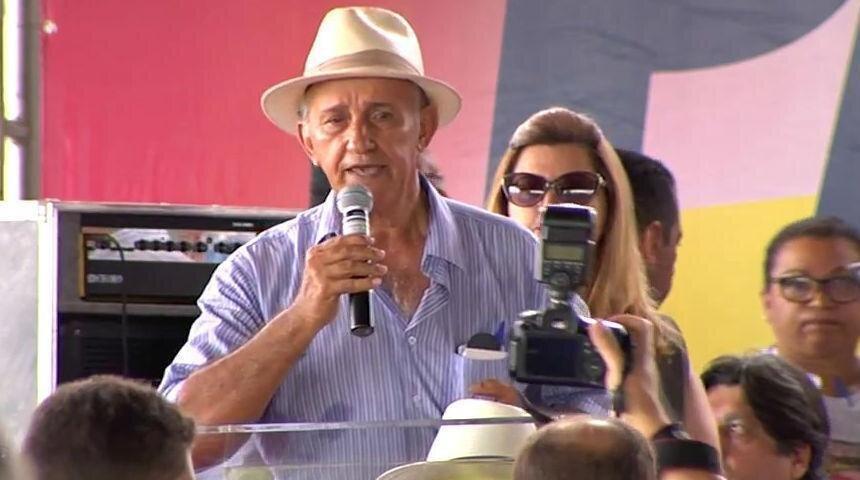 Derval de Paiva fala a microfone em evento do MDB
