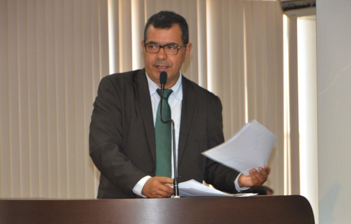 Vereador Lúcio Campelo discursa da tribuna da Câmara
