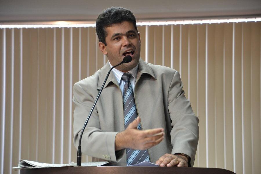 Vereador Milton Neris discursa da tribuna da Câmara de Palmas