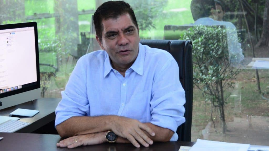 Ex-prefeito Carlos Amastha em seu gabinete