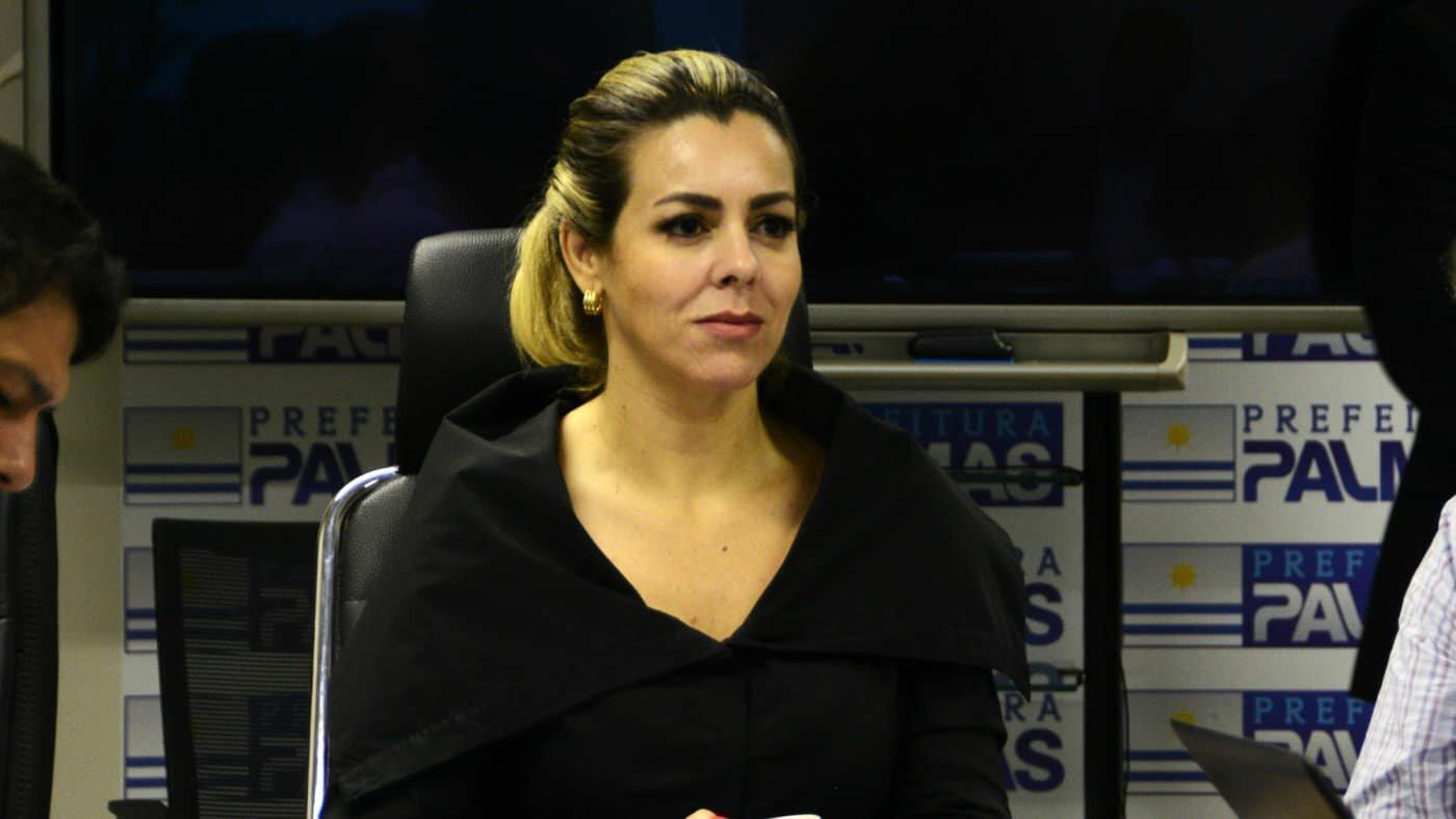 Prefeita Cinthia Ribeiro sentada em seu gabinete