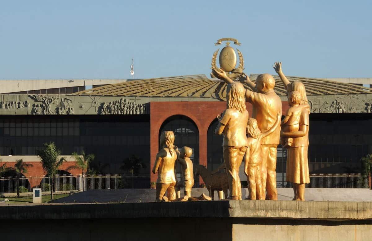Escultura dourada de uma família em frente ao Palácio Araguaia