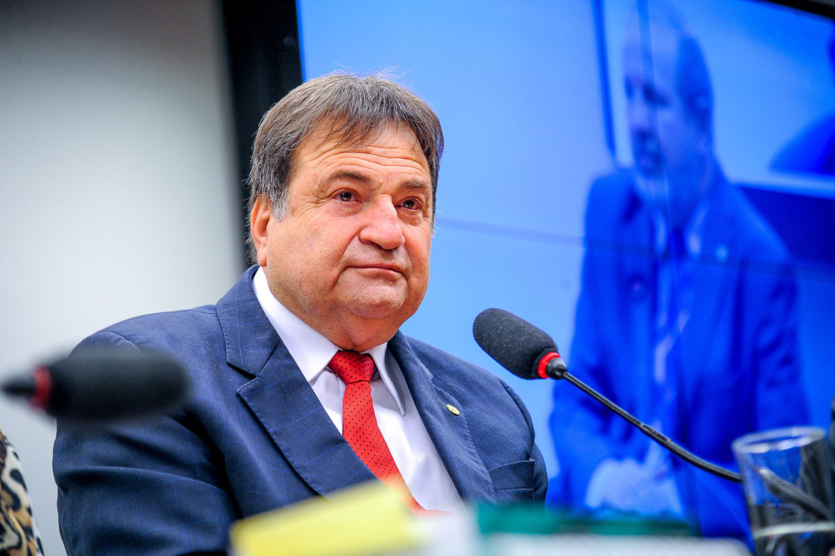 Deputado Cesar Halum sentado à mesa diretora da Câmara Federal