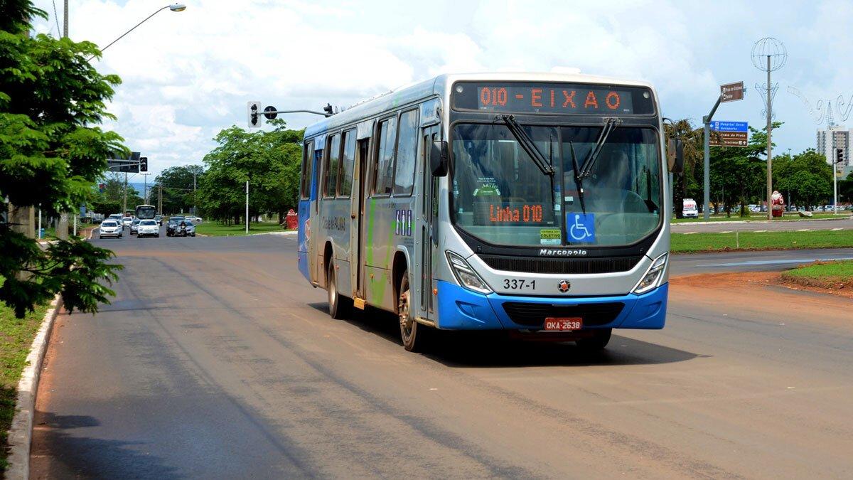 Ônibus de transporte coletivo transita por avenida de Palmas