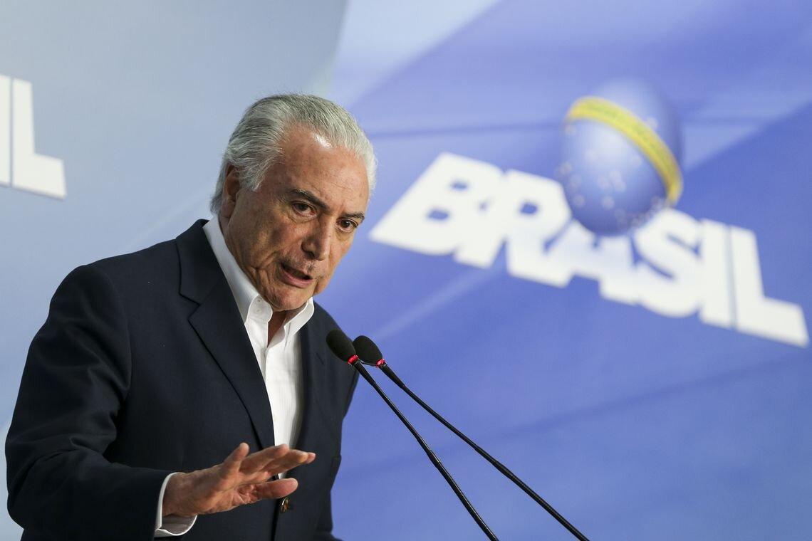 Presidente Michel Temer discursa à frente de painel com a logomarca de seu governo