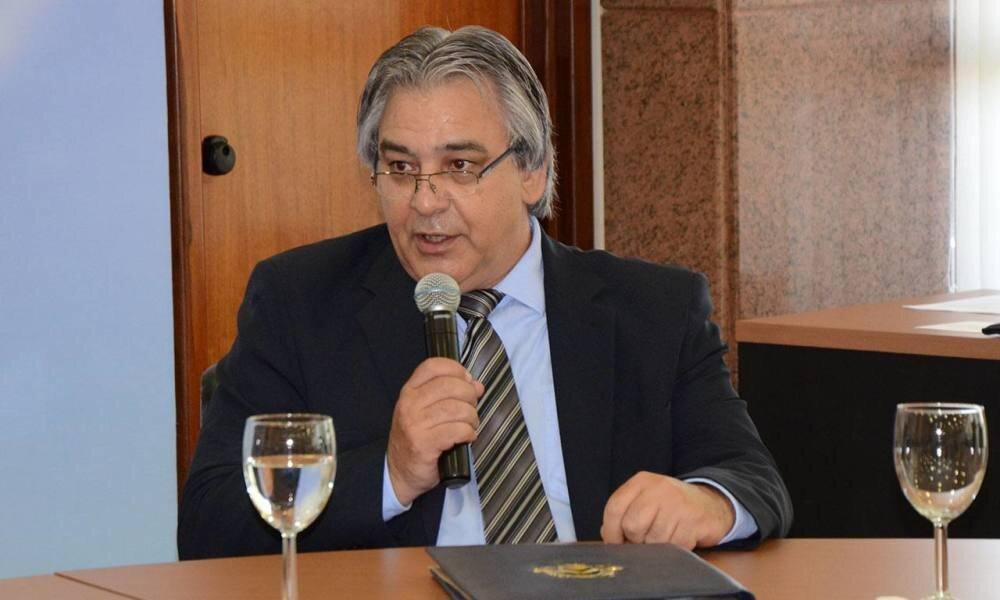 César Simoni ao microfone durante evento