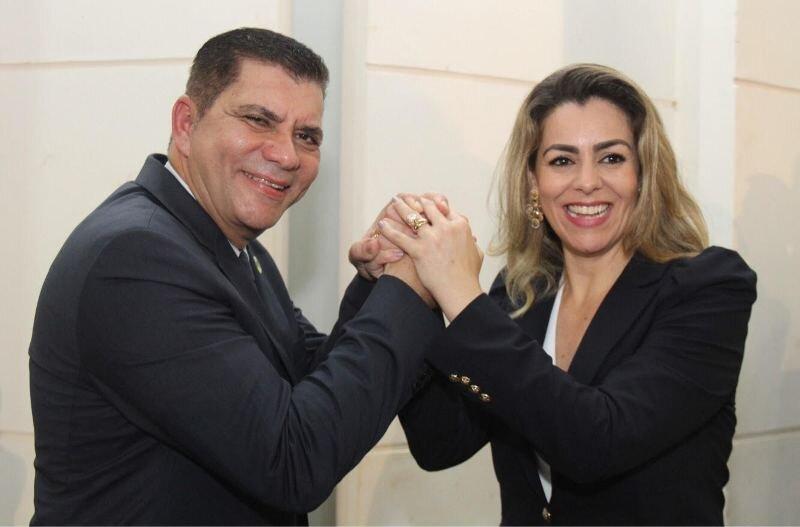 Amastha e Cinthia sorriem segurando as mãos um do outro, num gesto de união
