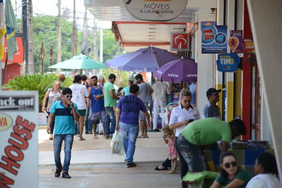 Consumidores andando por rua comercial de Palmas