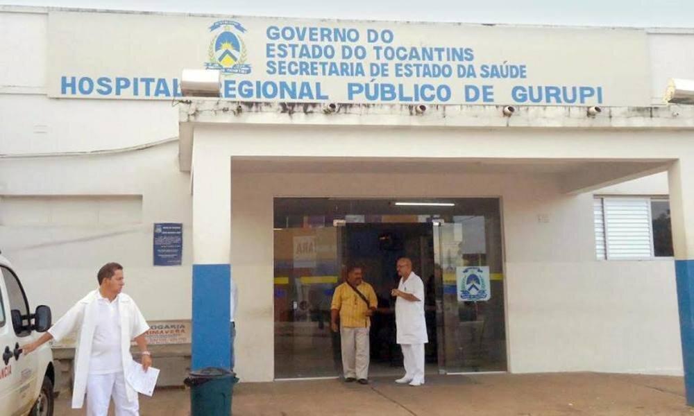 Fachada do Hospital Regional de Gurupi, com movimento de pessoas na porta