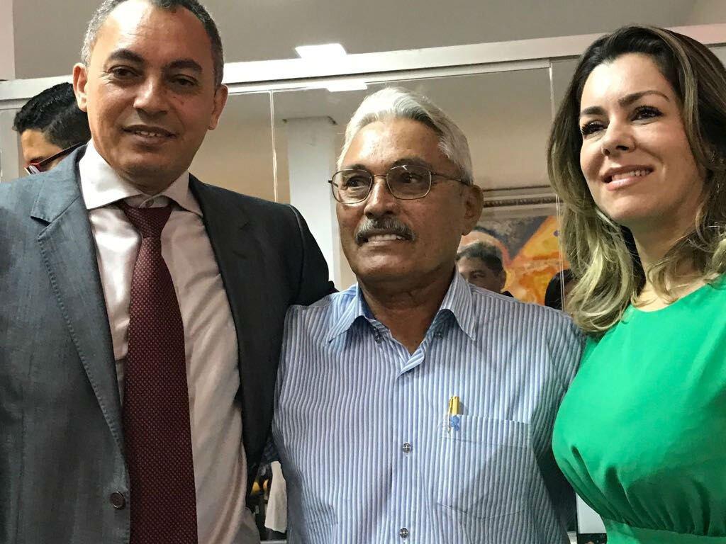 Presidente eleito Marilon com seu pai, o ex-prefeito Fenelon, e a prefeita Cinthia Ribeiro