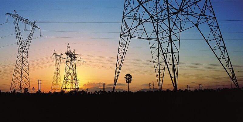 Linhas de transmissão de energia e o pôr do sol ao fundo