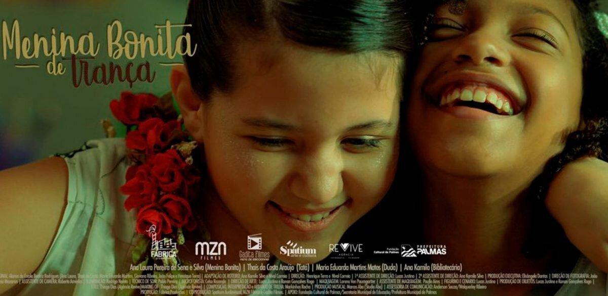 """Duas crianças personagens do filme """"Menina Bonita"""" riem"""