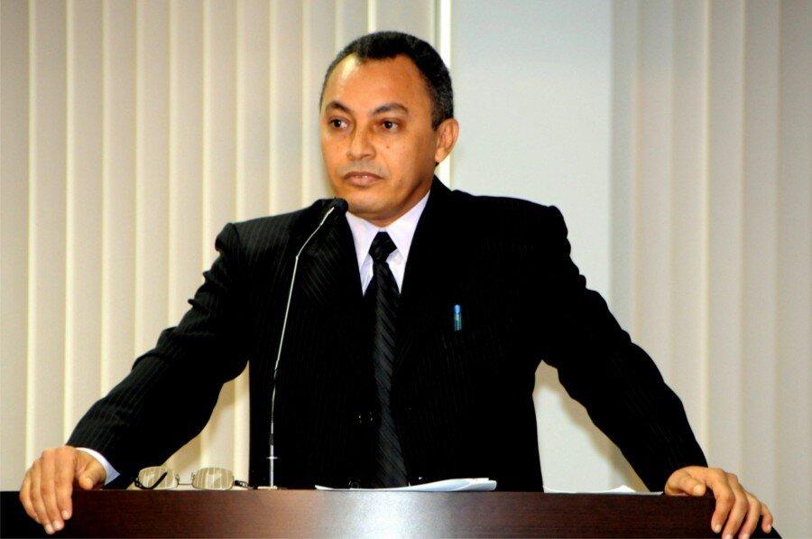 Vereador Marilon Barbosa na tribuna da Câmara durante discurso