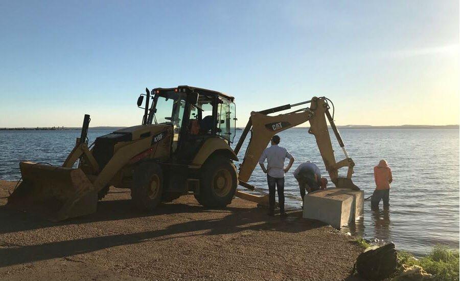 Máquina mexe em bloco de concreto no Píer 2 do Lago de Palmas