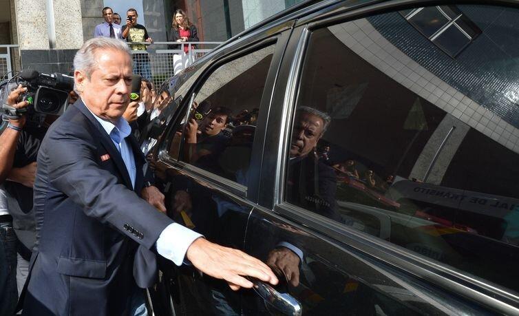 José Dirceu abrindo porta de carro