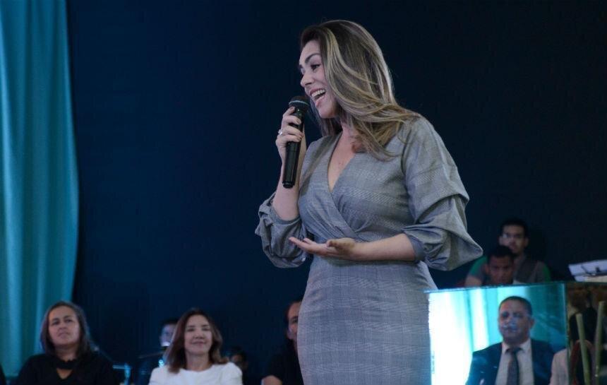 Prefeita Cinthia Ribeiro sorri ao microfone