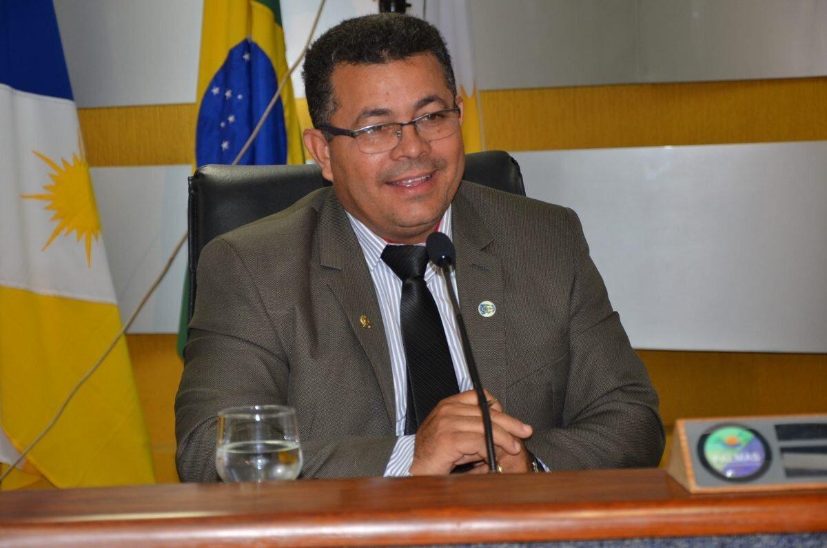 Vereador Folha na mesa da presidência da Câmara de Palmas