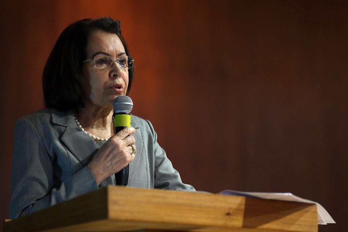 Ministra Laurita Vaz fala de tribuna ao microfone
