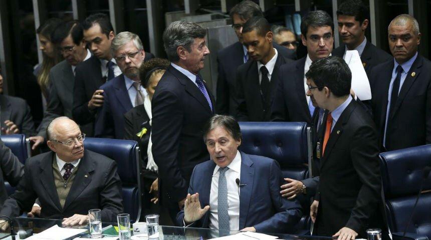 Senadores em torno da mesa diretora do Senado