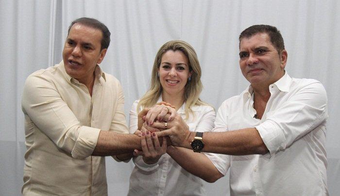 Ataídes, Cinthia e Amastha com as mãos unidas