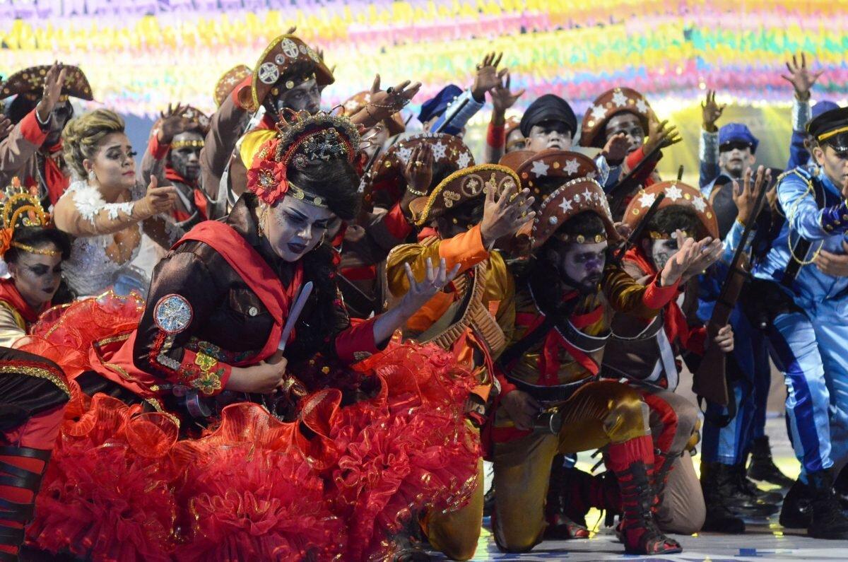 Dançarinos do Cafundó do Brejo durante apresentação no Arraiá da Capital