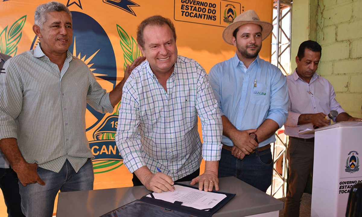 Governador Mauro Carlesse, ao lado de políticos, assina ordem de serviço