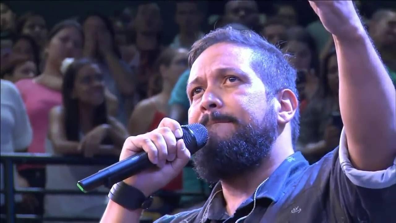 Cantor Fernandinho ao microfone durante show