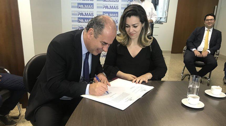 Guilherme Ferreira da Costa assina termo de posse ao lado da prefeita Cinthia