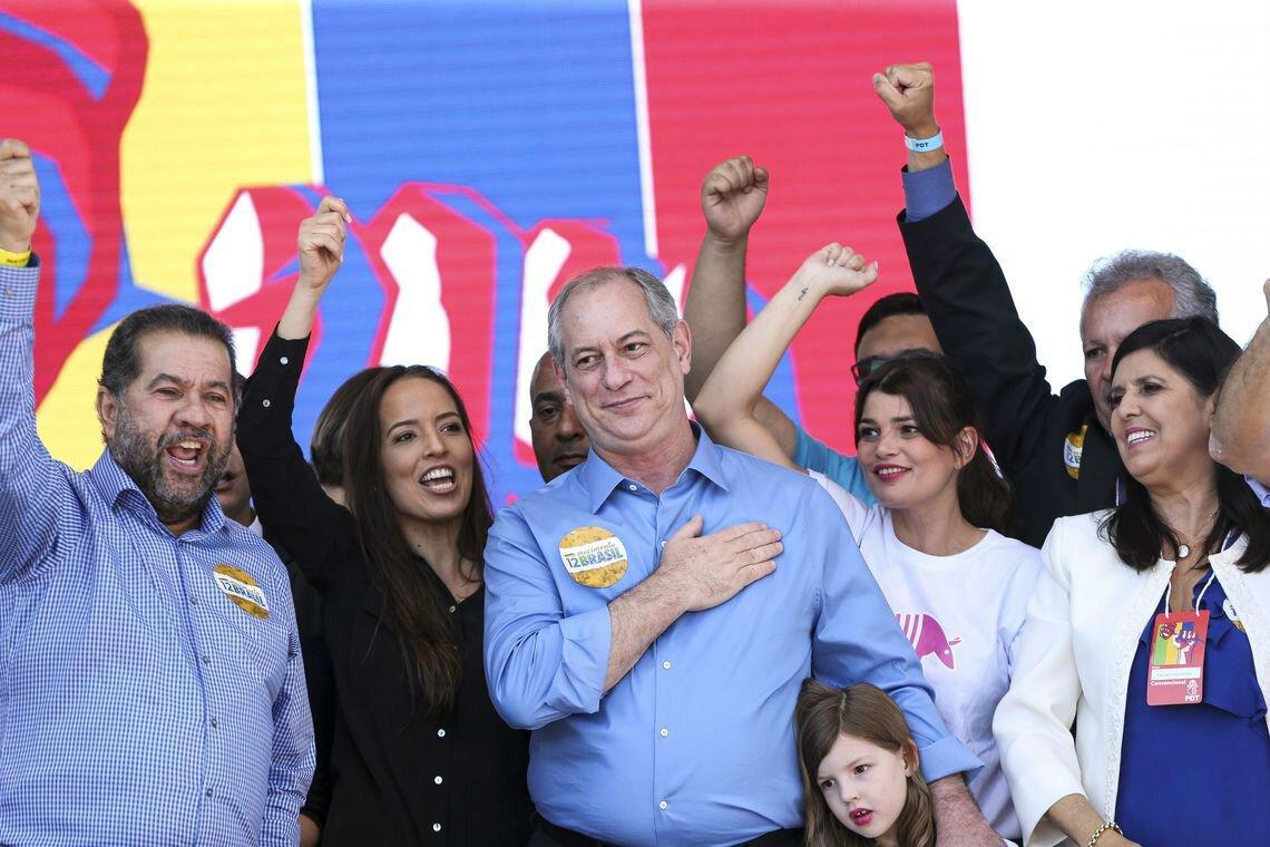 Ciro Gomes leva a mão ao peito em meio a pessoas no lançamento de sua candidatura