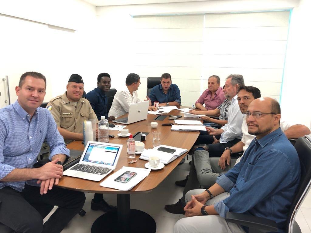 Técnicos em volta da mesa com o pré-candidato Carlos Amastha ao fundo
