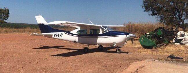 Aeronave pousada em fazenda