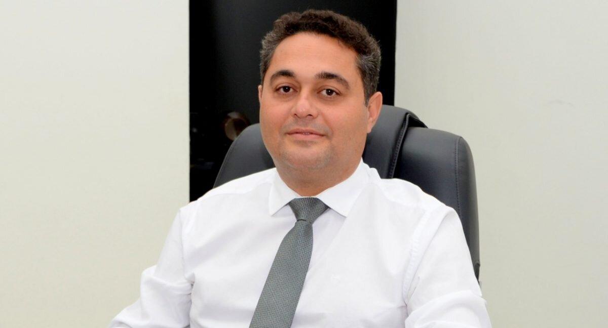 Presidente da ATM, Jairo Mariano, sentado à mesa em seu gabinete