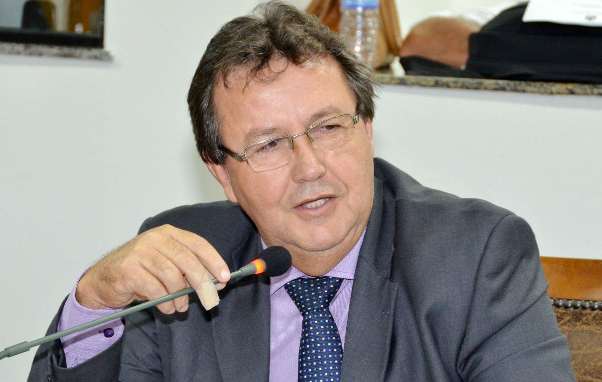 Vilmar de Oliveira, no plenário da Assembleia, fala ao microfone