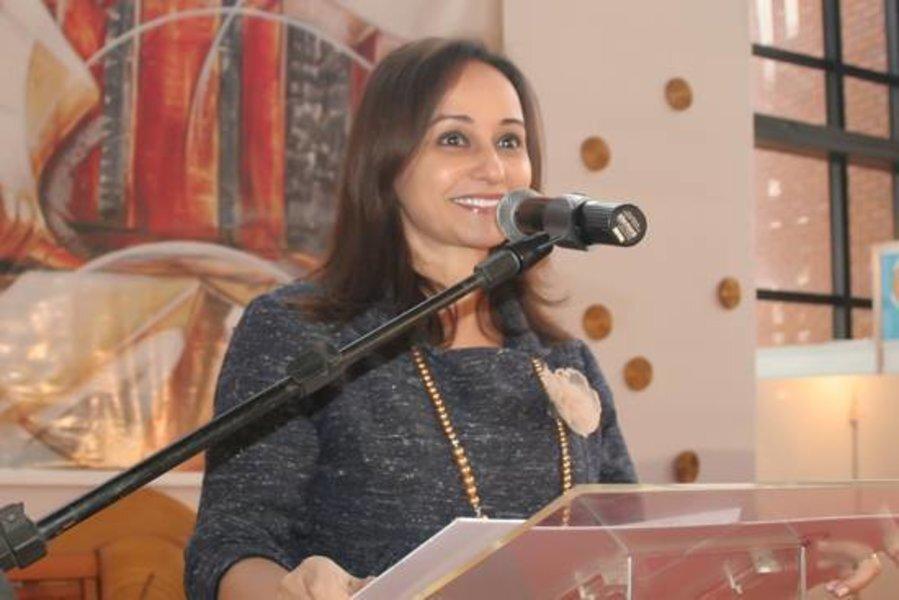 Ex-desembargadora Willamara Leila ao microfone em evento do TJTO