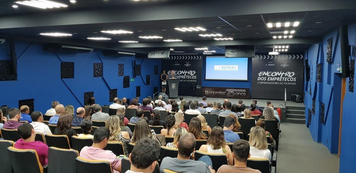 Pessoas assistem palestra num auditório