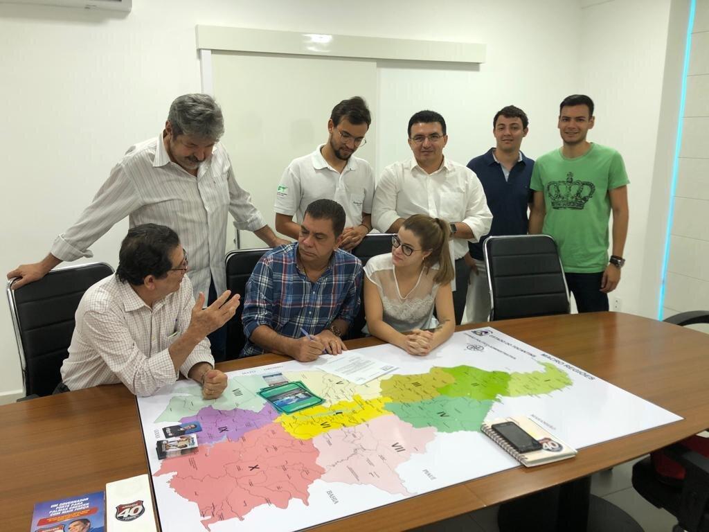 Amastha durante reunião com técnicos e estudantes de medicina