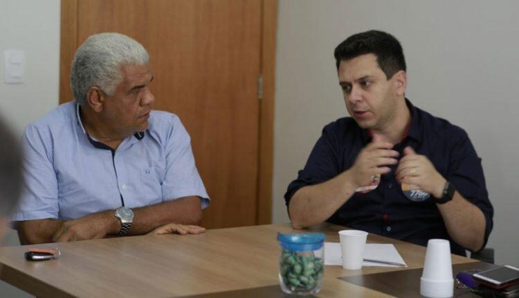 Tiago Dimas conversa com o presidente da Fesserto, Carlão