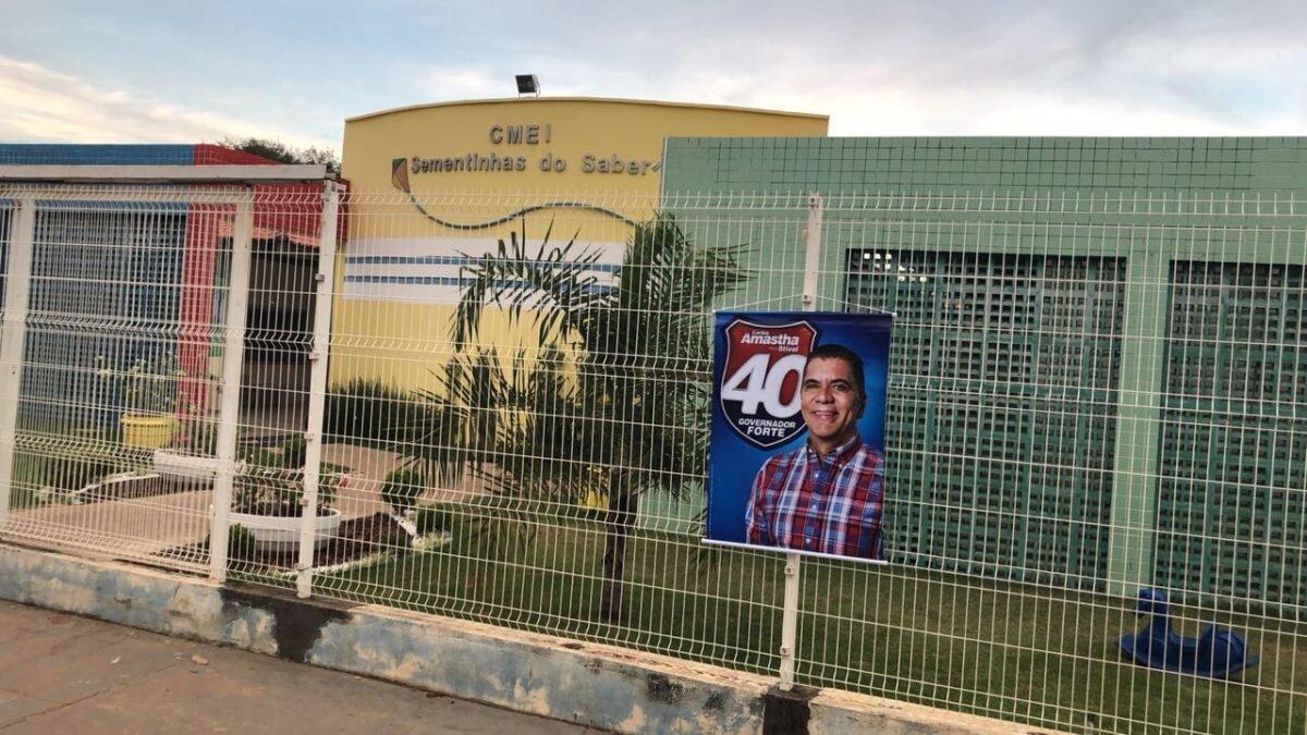 Cartaz com Carlos Amastha afixado nas grades do CMEI