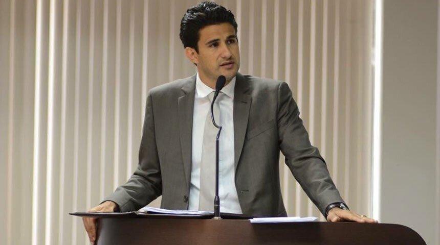 Vereador Tiago Andrino na tribuna da Câmara de Palmas