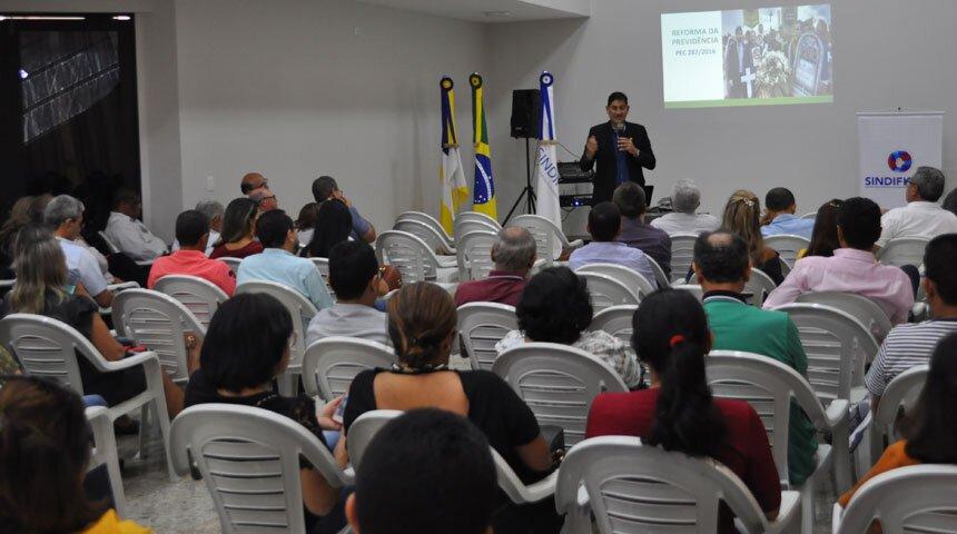 Público assiste palestra no Sindifiscal