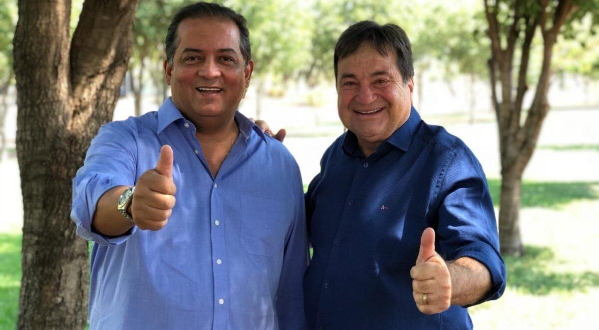 """Candidatos ao Senado pela coligação """"Governo de Atitude"""", Eduardo Gomes e César Halum, fazem sinal de positivo"""