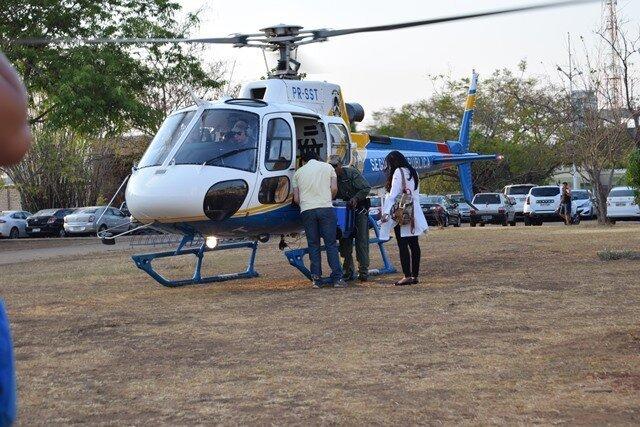 Equipe de saúde embarca em helicóptero para transportar órgãos doados