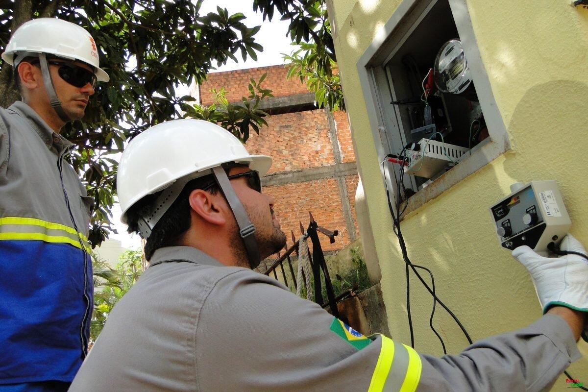 Técnicos da Energisa inspecionam caixa de força