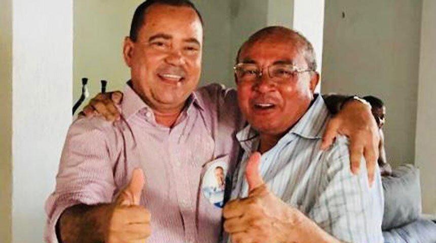 Senador Vicentinho e Zé Viana fazem sinal de positivo