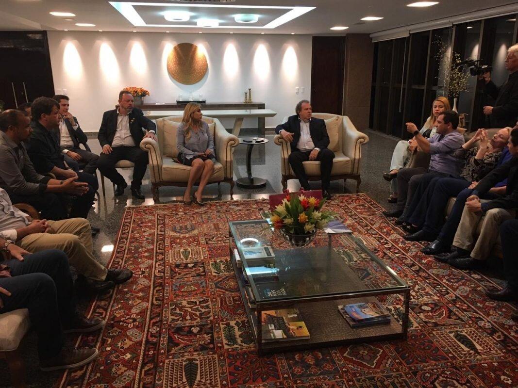 Mauro Carlesse e Luana Ribeiro em reunião com representantes de associações comerciais