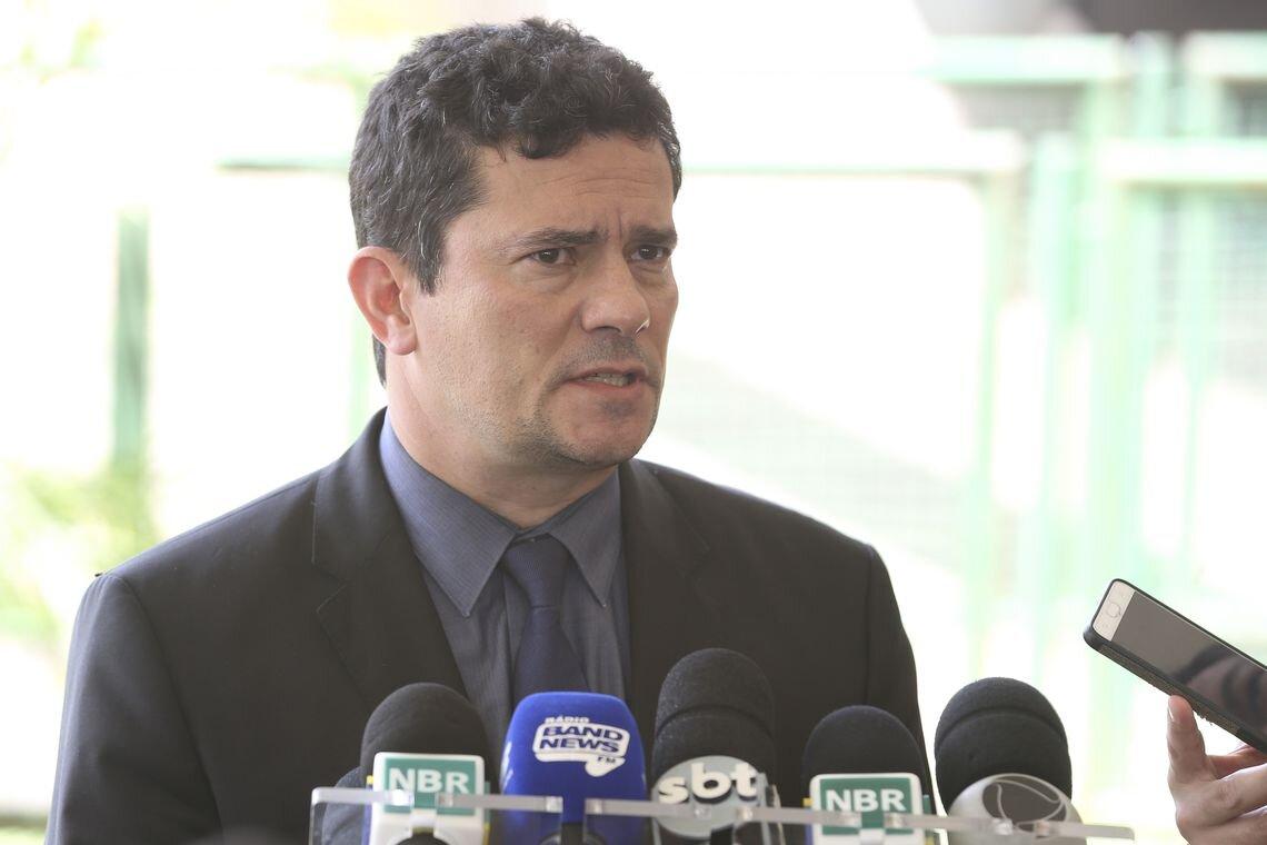 Sérgio Moro em frente a microfone de emissoras de TV